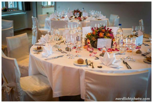 Auch bei der Abendlokation haben Melanie's Floristen Freundinnen wieder zauberhaft gearbeitet. Die Tischdeko und die Blumen sind wunderschön!