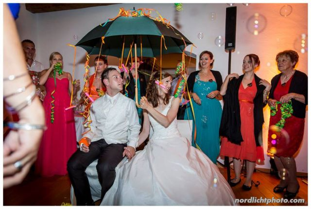 """Und wegen Christian's Unfall hatten sich Familie und Kollegen einen ganz besonderen """"Hochzeitstanz"""" überlegt - """"you can come under my umbrella"""""""